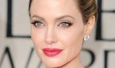 أنجلينا جولي بإطلالة غير مألوفة وابنتها تأخذ منها فستانها- بالصور