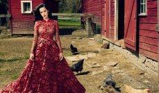 كاتي بيري تستلقي على الأرض بإثارة..وتستعير فستان أديل
