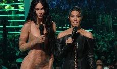 """كورتني كارداشيان وميغان فوكس تقبلان حبيبيهما باللسان والجمهور يصف هذه الصورة بـ """"المقززة""""!"""
