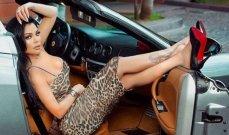 هيفا وهبي تستعرض سيارتها الفارهة بثياب رياضية-بالصور