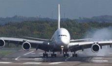 رجل يتسلق جانح طائرة قبل إقلاعها بدقائق- بالفيديو