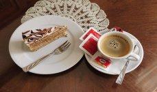 تحذير يطلقه خبير تغذية حول خطر تناول الحلويات مع القهوة