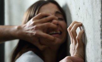 بالفيديو- مشهد إغتصاب تمثيلي يتحول الى حقيقة بإتفاق بين المخرج والبطل وهكذا جاءت ردة فعل البطلة الضحية!