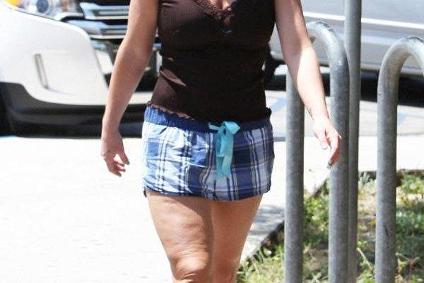 بريتني سبيرز ترتدي شورت قصيراً..كشف عن السيلوليت في رجليها