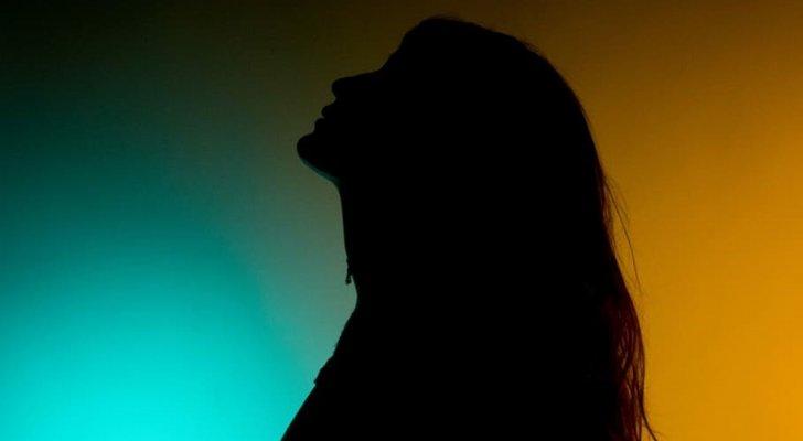 ممثلة كويتية مهددة بالقتل على يد والدها وتنهار طالبة المساعدة