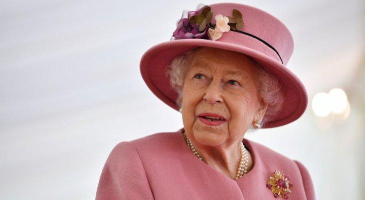 الملكة إليزابيث كائن فضائي وخائنة ونازية وتأكل الأطفال