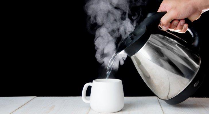 لهذه الأسباب تناولوا الماء الساخن يومياً