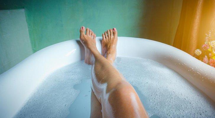 فضيحة من العيار الثقيل.. نجمة سعودية عارية تماماً في مغطس الاستحمام