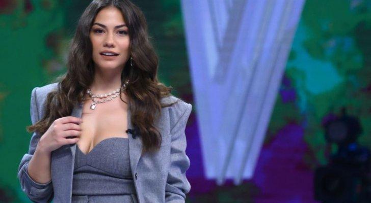 فستان ديميت أوزديمير يحرجها بعد إرتدائه من دون حمالة صدر