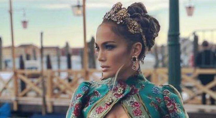 جينيفر لوبيز تطل كملكة في عرض أزياء دولشي أند غابانا-بالصور والفيديو