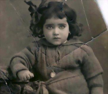 خمنوا من هذه الطفلة التي كبرت وأصبحت نجمة- بالصورة